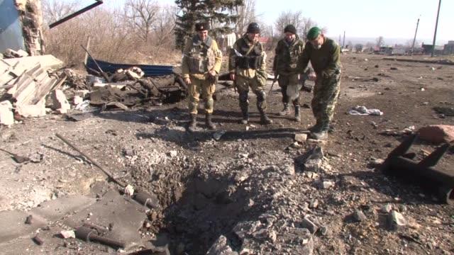 vídeos y material grabado en eventos de stock de separatist rebels in east ukraine cleared unexploded ordnance from the flashpoint town of debaltseve on friday - enano