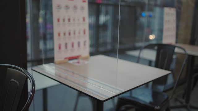 vidéos et rushes de table isolée pour protéger le virus covid-19 - symbole