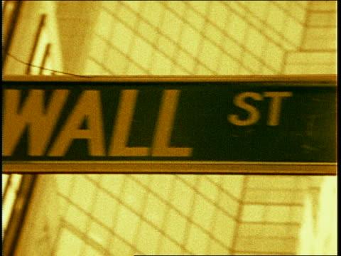 """vídeos y material grabado en eventos de stock de sepia close up swish pans of """"wall street"""" street sign / nyc - señal de nombre de calle"""