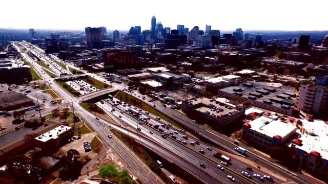 Sepia Vintage Effect Austin Texas houden Austin Weird Over Interstate 35 weer een drukke dag met het verkeer in de central Texas hoofdstad stad 2016 antenne Over Austin