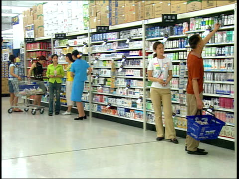 vidéos et rushes de september 1, 2005 shoppers at a walmart / china - style des années 2000