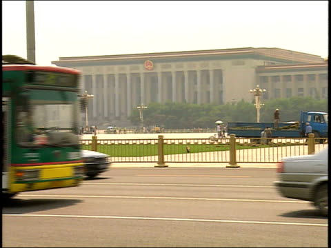vidéos et rushes de september 1, 2005 traffic driving on a street before the great hall of the people in tiananmen square / beijing, china - 2005