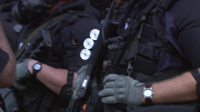 stockvideo's en b-roll-footage met september 1, 2008 riot police holding weapons and wearing protective gear / st. paul, minnesota, united states - wapen apparatuur
