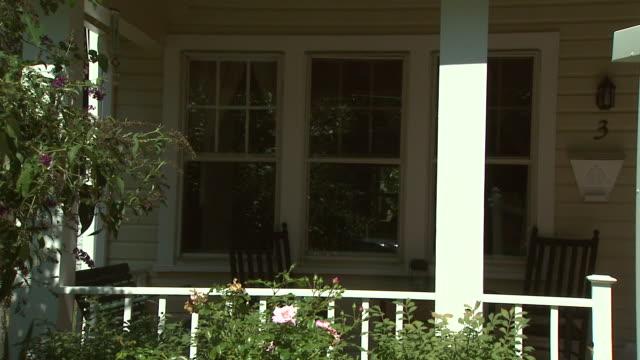 vidéos et rushes de september 10, 2008 for sale sign outside house / united states - 2008