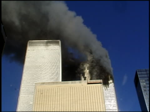 vidéos et rushes de september 11, 2001 low angle medium shot second plane crashing into wtc south tower / nyc / audio - bombardement