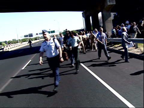 stockvideo's en b-roll-footage met september 11 2001 montage pentagon workers evacuating area after terrorist attack on pentagon / arlington virginia united states - aanslagen op 11 september 2001
