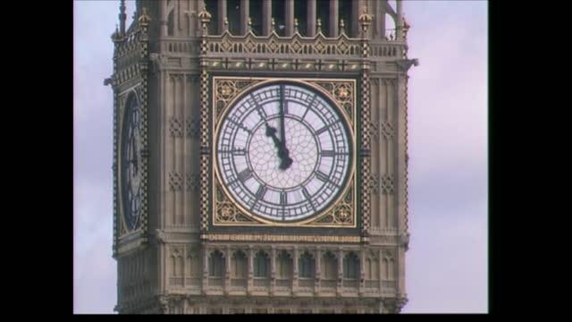 vídeos y material grabado en eventos de stock de september 11th terrorist attacks: memorial service; england: london: st paul's cathedral: ext british and american flags held aloft side by side... - persona de luto