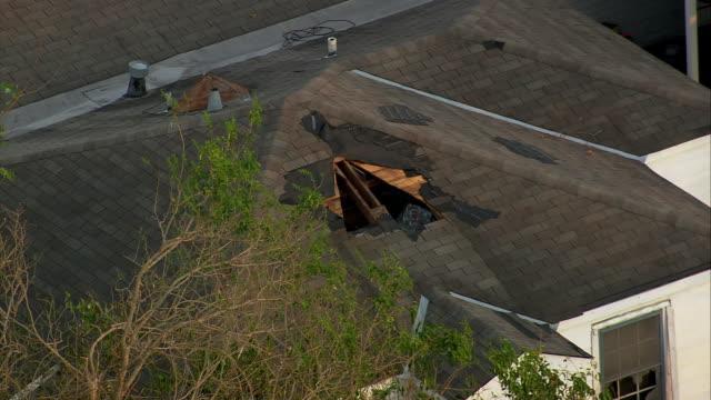 vídeos de stock, filmes e b-roll de september 12 2005 aerial medium shot zoom out hole in roof of house / chalmette st bernard parish louisiana - 2005