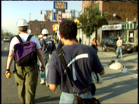 vidéos et rushes de september 13, 2001 construction workers passing applauding volunteers holding american flags and a sign thanking them after the world trade center... - style des années 2000