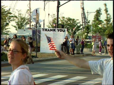 september 13, 2001 vehicles carrying rescue workers passing applauding volunteers holding american flags and signs thanking them after the world... - 2001 bildbanksvideor och videomaterial från bakom kulisserna