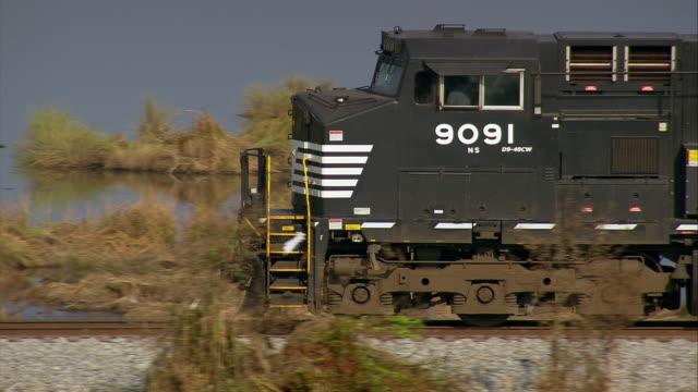vídeos de stock, filmes e b-roll de september 13 2005 aerial tracking shot zoom out freight train crossing the bayou / slidell louisiana - trocador