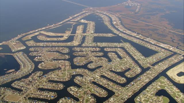 vídeos de stock, filmes e b-roll de september 13 2005 aerial wide shot zoom in over waterfront houses along grand lagoon / slidell louisiana - 2005