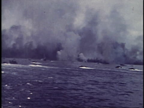 september 15, 1944 amphibious landing craft approaching shore / peleliu, palau - 水陸両用車点の映像素材/bロール