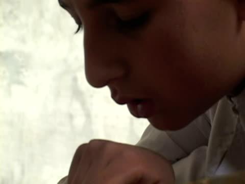 september 15, 2005 boy studying alcoran in madrassa / chitral, pakistan / audio - 男児のみ点の映像素材/bロール