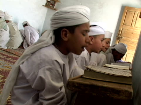 vídeos de stock, filmes e b-roll de september 15 2005 ms boys studying alcoran in madrassa / chitral pakistan / audio - madressa