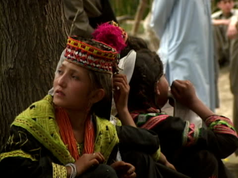 stockvideo's en b-roll-footage met september 15, 2005 children in traditional clothes observing funeral / chitral, pakistan / audio - hoofdtooi