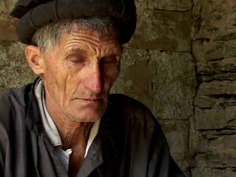 september 15 2005 cu zo ms portrait of senior man sitting in house / chitral pakistan / audio - einzelner senior stock-videos und b-roll-filmmaterial
