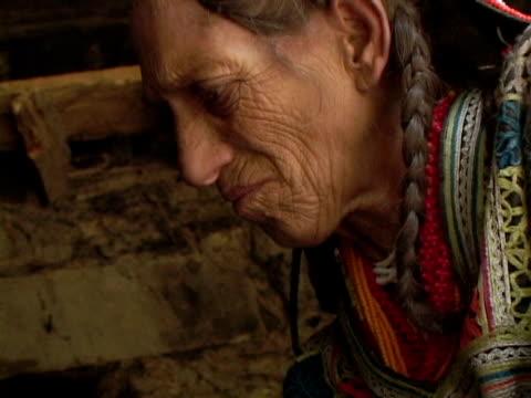 vídeos de stock, filmes e b-roll de september 15 2005 cu td woman removing baked mass off fire / chitral pakistan / audio - só uma mulher idosa