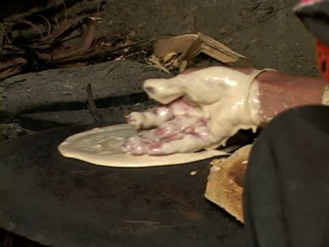 vídeos de stock, filmes e b-roll de september 15 2005 cu woman spreading dough on frying pan / chitral pakistan / audio - só uma mulher idosa