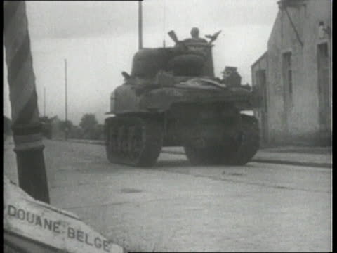 vidéos et rushes de september 2, 1944 montage american infantry & tanks pursuing german enemy from northern france into belgium / belgium - infanterie