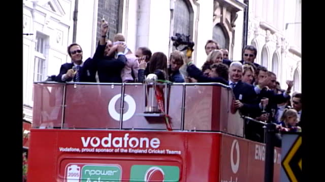 september 2005 ext various of england cricket team on deck of opentop bus in victory parade after 2005 ashes win flintoff along with rachael flintoff... - channel 4 news stock-videos und b-roll-filmmaterial