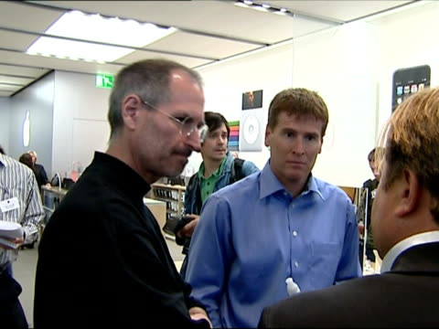 september 2007 montage steve jobs talking with people after press conference/ london, uk/ audio - 2007 bildbanksvideor och videomaterial från bakom kulisserna