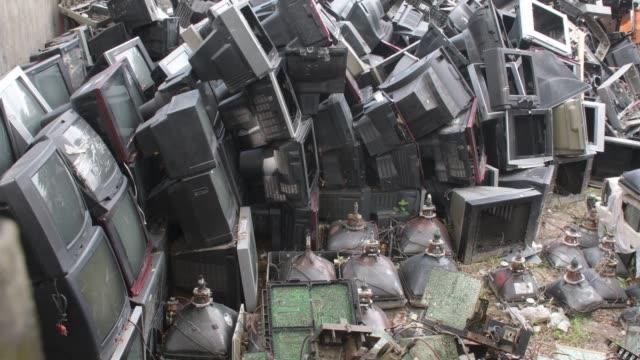 september 2020: old tv components are discarded inside at a tv recycling scrap yard in dhaka. - soptipp bildbanksvideor och videomaterial från bakom kulisserna
