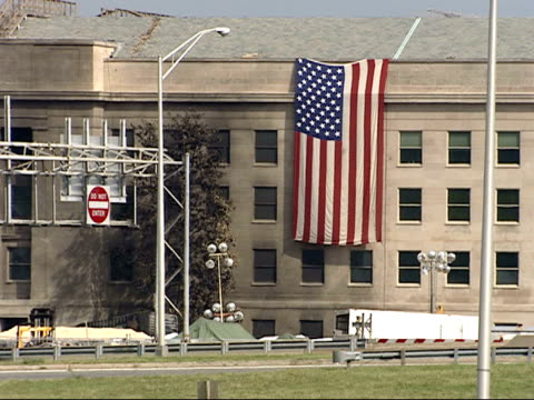 september 21 2001 pan damage at the pentagon with american flag draped against the building / arlington virginia united states - 2001 bildbanksvideor och videomaterial från bakom kulisserna