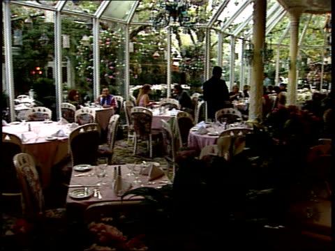 vídeos de stock, filmes e b-roll de september 21 2001 pan diners and waiters in fine atrium restaurant / new york city new york united states - jantar sofisticado