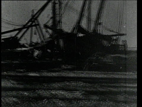 vidéos et rushes de september 24 1900 pan capsized boats damaged structures and vehicles from hurricane and tidal wave / galveston texas united states - épave