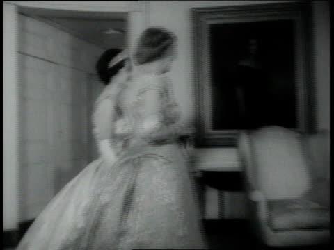 vídeos de stock e filmes b-roll de september 29 1960 ts president eisenhower and first lady with prince akihito and princess michiko walking into white house / washington dc united... - primeira dama