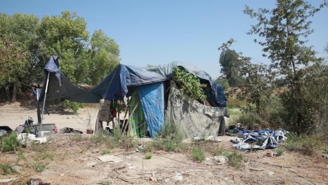 september 3 st john river visalia california tulare county usa a population of homeless persons lives in a tent city in and on the banks of the saint... - rezession stock-videos und b-roll-filmmaterial