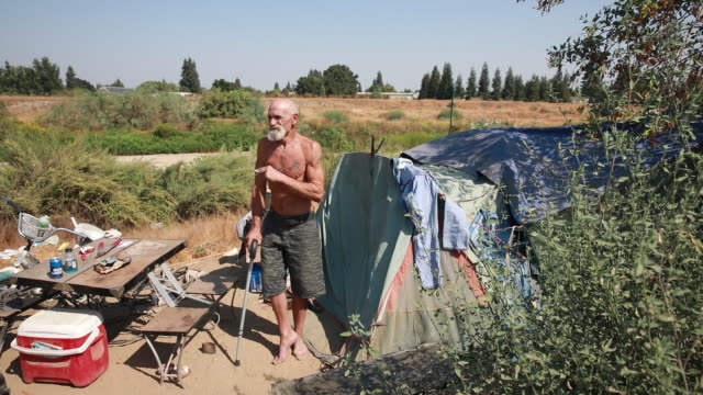 september 3 st john river visalia california tulare county usa jeff thomas who has been homeless for a few years talks about the problems homeless... - rezession stock-videos und b-roll-filmmaterial