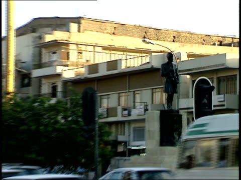 september 4, 1990 montage statue and view of intersection of busy city street / baghdad, iraq - 1990 1999 個影片檔及 b 捲影像