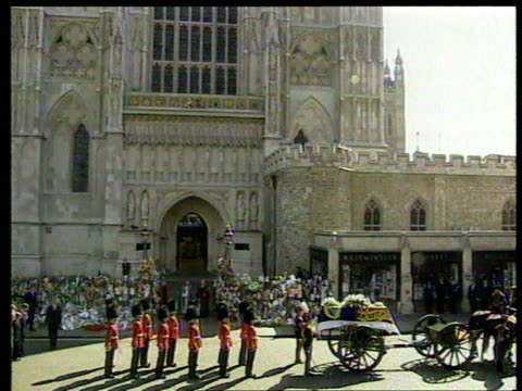 september 6, 1997 film montage funeral procession for princess diana/ carriage and guards in front westminster abbey/ princes philip, william,... - anno 1997 video stock e b–roll