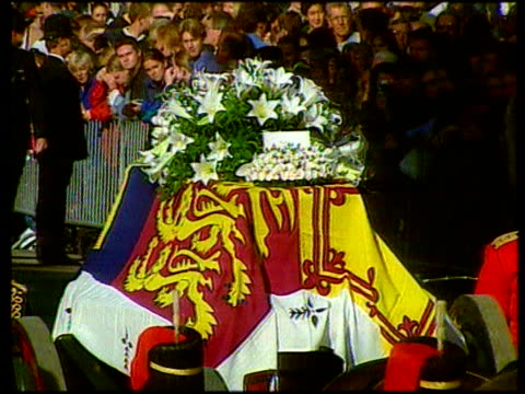 september 6 1997 film montage ms guards surrounding princess diana's casket during her funeral procession/ ms casket/ cu white roses on casket with... - begräbnis stock-videos und b-roll-filmmaterial