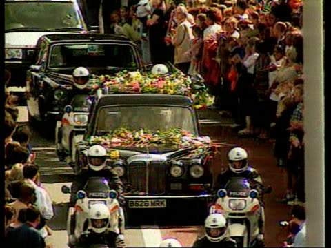 vídeos y material grabado en eventos de stock de september 6 1997 ha ws princess diana's funeral procession driving through a crowd/ london england/ audio - 1997