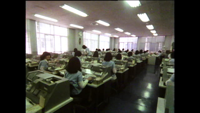 seq. female office workers inputting data on punch cards; 1975 - 科学技術点の映像素材/bロール