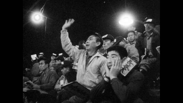 vídeos y material grabado en eventos de stock de seq. noisy auction at a fresh fish market in tokyo; 1964 - lugar de comercio