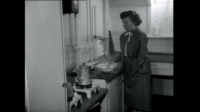 vídeos de stock e filmes b-roll de seq. of husband and wife in typical domestic setting; 1955 - cozinha doméstica