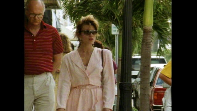 vídeos de stock e filmes b-roll de seq. of well-dressed women shopping in palm island; 1991 - fora de moda estilo