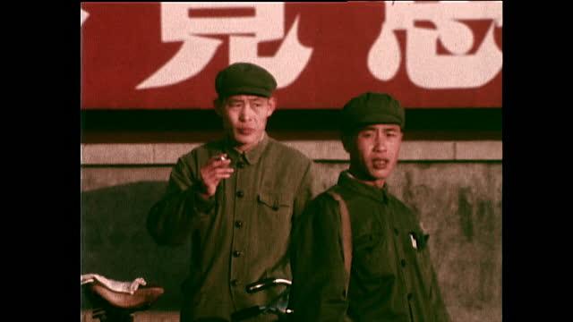 vidéos et rushes de seq. people communist party uniforms in beijing; 1972 - communisme