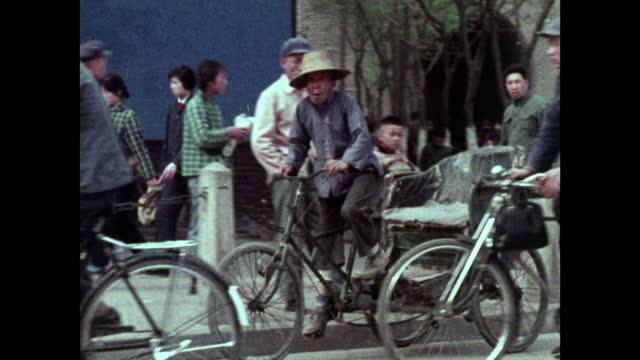 seq. shanghai streets full of tricyles and bicycles; 1973 - ペディキャブ点の映像素材/bロール