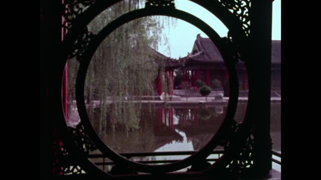 vídeos de stock, filmes e b-roll de seq. tranquil huaqing pool, pagodas and weeping willow; 1973 - health farm