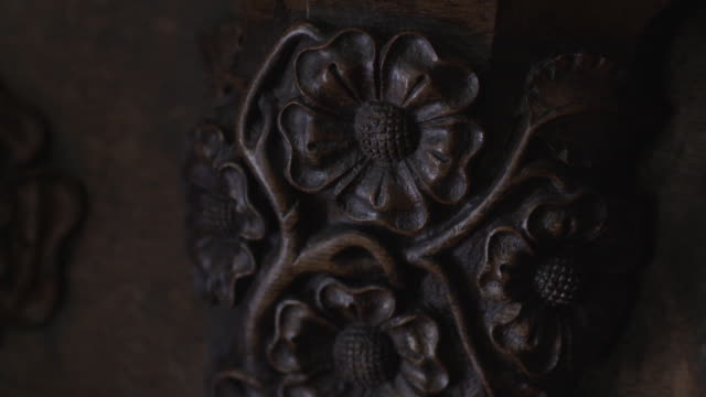 vídeos de stock e filmes b-roll de sequence depicting representations of the tudor rose in st laurence's church in ludlow in shropshire, uk. - tudor