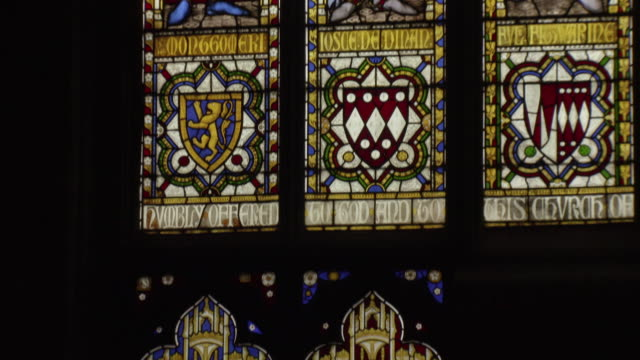 sequence depicting stained-glass renditions of richard of york and edward iv in st laurence's church in ludlow, shropshire, uk. - pregare video stock e b–roll