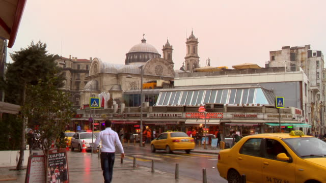 stockvideo's en b-roll-footage met a sequence depicting street scenes in istanbul. - winkelbord