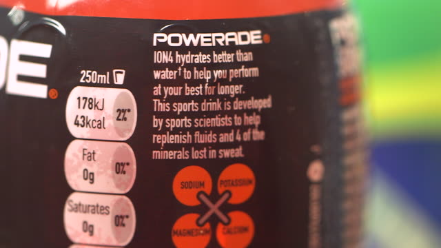 vídeos y material grabado en eventos de stock de sequence focussing on the nutritional information on bottles of powerade uk fkad630p clip taken from programme rushes abqa623f - grupo mediano de objetos