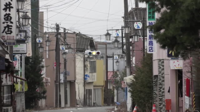 vidéos et rushes de sequence in the town of okuma, abandoned following the fukushima disaster. - a l'abandon