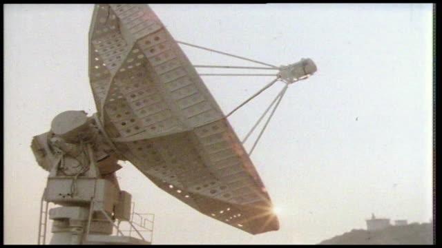 vídeos y material grabado en eventos de stock de sequence of a radio telescope turning; 1981 - antena parabólica